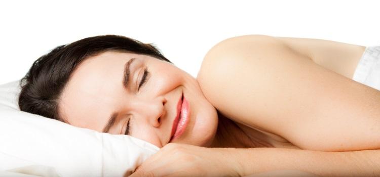 Schlafende Frau in Bauchlage